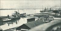Le port de Douala. – « Douala, à l'embouchure du Wouri, est le port principal et la ville la plus importante. De grands travaux y ont été menés à bien et le port dispose de 600 mètres de quai en eau profonde permettant l'accostage simultané de quatre grands paquebots, avec les moyens de manutention et de stockage appropriés. De grands travaux sont en cours (quais, magasins, matériel) pour porter la capacité du port à 1 million de tonnes » (1). « Des dragages ont été effectués aux postes de mouillage qui peuvent recevoir des navires de 150 mètres de long. Devant la ville il existe 5 postes que peuvent prendre les navires ne désirant pas accoster à quai. On peut aussi mouiller en amont des quais. Les quais ont une longueur de 550 mètres avec des profondeurs au pied de 7 à 10 mètres ; ils bordent a ville et permettent l'accostage de 4 grands bâtiments. En amont le quai dit, du chalandage, où les profondeurs sont de 1 à 3 mètres, prolonge les quais précédents » (2). Sources : (1) Le Cameroun (dépliant d'information) Agence de la France d'outre mer, Paris, 1951. (2) Instructions nautiques – Côtes Ouest d'Afrique, Paris, Service Hydrographique de la Marine, 1941.