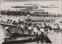 Douala, courses de pirogues sur le Wouri, à l'occasion de la célébration du 14 juillet, dans les années 1930.– Cette compétition fluviale, « récupérée » par la fête nationale française à l'époque du mandat de la SDN, s'intègre dans des cérémonies traditionnelles appelées  « le Ngondo », dont l'origine remonterait au XVII ème siècle. Ces festivités, célébrant le fleuve et ses bienfaits, réunissent les peuples Sawa, un groupe composé d'une trentaine d'ethnies réparties dans deux des dix régions du Cameroun (Littoral et Sud-Ouest). Réinvesties par les autorités traditionnelles locales à partir de 1949 sous l'impulsion du prince Théodore Lobè Bell – on parle de « Ngondé de l'époque moderne » –, elles se déroulent désormais en fin d'année, au mois de novembre et décembre. Elles durent plusieurs semaines, et comptent, outre la course de pirogues géantes, des évènements symboliques comme l'immersion d'un vase sacré dans les eaux du fleuve, et spirituels avec des offices religieux donnés sur la berge. – Cliché amateur pris par Gaston Patte, qui fut employé des postes au Cameroun du début des années 1930 jusqu'en 1946, et communiqué par sa fille Claudine Broux. Ses photos ont fait l'objet en 2004  d'une exposition à Douala, financée par la communauté urbaine de la ville.