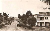Nkongsamba, avenue de la Région. - La ville s'est développée avec l'arrivée du chemin de fer, construit entre 1907 et 1912 par les Allemands qui donnèrent alors le nom Nsamba à la localité. La ligne, appelée CFN pour chemin de fer du nord, reliait l'intérieur du pays à la côte, allant de Nkongsamba à Bonabéri, juste à coté de Douala, et passant par Mbanga avec un embranchement sur Kumba. Le chemin de fer, en ouvrant un débouché sur la côte aux productions agricoles de l'Ouest, du Sud-ouest et de la région du Moungo, scelle la prospérité de la ville. De nombreux commerçants européens, allemands, anglais, français et méditerranéens s'y établissent. Les grands comptoirs coloniaux, et tout ce qui compte dans le commerce de l'époque, y installent des succursales ; SCOA, RW King, Tsekenis, CFAO, SHO, Compagnie soudanaise, Olympius, Panafric, les établissements Mercier, John Holt, Paterson Zochonis… La ville est dotée de services officiels, et devient un centre administratif en 1923, succédant dans ce rôle à la localité de Baré. - Le tronçon de chemin de fer reliant Douala à Yaoundé, long de 262 km, fut construit entre 1908 et 1927. Il fut ensuite enrichi d'une bretelle de 30 km reliant Ngoumou à Mbalmayo, construite entre 1927 et 1933. Le tronçon allant vers le nord du pays, entre Yaoundé et Ngaoundéré, (long de 622 km) fut construit bien plus tardivement, entre 1964 et 1974.