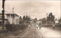 Nkongsamba, les PTT et la région. - La ville s'est développée avec l'arrivée du chemin de fer, construit entre 1907 et 1912 par les Allemands qui donnèrent alors le nom Nsamba à la localité. La ligne, appelée CFN pour chemin de fer du nord, reliait l'intérieur du pays à la côte, allant de Nkongsamba à Bonabéri, juste à coté de Douala, et passant par Mbanga avec un embranchement sur Kumba. Le chemin de fer, en ouvrant un débouché sur la côte aux productions agricoles de l'Ouest, du Sud-ouest et de la région du Moungo, scelle la prospérité de la ville. De nombreux commerçants européens, allemands, anglais, français et méditerranéens s'y établissent. Les grands comptoirs coloniaux, et tout ce qui compte dans le commerce de l'époque, y installent des succursales ; SCOA, RW King, Tsekenis, CFAO, SHO, Compagnie soudanaise, Olympius, Panafric, les établissements Mercier, John Holt, Paterson Zochonis… La ville est dotée de services officiels, et devient un centre administratif en 1923, succédant dans ce rôle à la localité de Baré. - Le tronçon de chemin de fer reliant Douala à Yaoundé, long de 262 km, fut construit entre 1908 et 1927. Il fut ensuite enrichi d'une bretelle de 30 km reliant Ngoumou à Mbalmayo, construite entre 1927 et 1933. Le tronçon allant vers le nord du pays, entre Yaoundé et Ngaoundéré, (long de 622 km) fut construit bien plus tardivement, entre 1964 et 1974.
