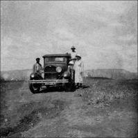 Missionnaires en tournée, à deux mille mètres d'altitude, dans le Grassfield. – « Pendant qu'un missionnaire s'installait au Grassfield, un autre s'apprêtait à ouvrir une station plus à l'est, à Somo-Nodiki. Pendant dix ans, ceux de Douala et de Yabassi avaient parcouru, au prix de grandes fatigues, la région montagneuse, recouverte par la forêt vierge, s'étendant de Douala aux confins de al savane et dans laquelle se trouvaient les stations abandonnées de Nyamtan et Ndogossi ». Source : Nicod, Henri, Conquérants du Golfe de Guinée, Paris-Genève, Société des missions évangéliques, 1947.