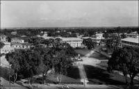 Douala, la place de la Victoire. – « Le plus beau et le plus moderne de ses monuments, celui que la ville de Douala a élevé à la mémoire du Général Leclerc, se dresse sur la place du Monument aux Morts. C'est à Douala en effet qu'a commencé la marche de Leclerc à travers le Tchad et le Sahara jusqu'à l'Europe ». Source : « Douala, porte du Cameroun » (brochure), Douala, Secrétariat social du Cameroun et Chambre de commerce, d'agriculture et d'industrie du Cameroun, 1953.
