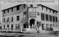 Duala, le Grand Hôtel. – Le Grand Hôtel est ouvert par un certain Millet, qui était arrivé en 1917 à Douala après s'être fâché avec son beau frère avec qui il devait exploiter le Grand Hôtel de Conakry. Il commença par un plus petit établissement, il n'avait que 2 francs et 25 centimes en caisse le jour de l'ouverture le 13 juillet 1917. Mais Douala foisonnait alors de soldats français, et plus encore de soldats anglais, qu'il fallait nourrir et abreuver. Millet gagna rapidement de quoi  s'agrandir et loua le Grand Hôtel. Mais c'était un homme changeant, et il se désintéressa vite de cette activité et se lança successivement dans le commerce du pain, avec l'idée de conquérir le marché indigène,  dans les transports en commun entre Douala et New-Bell, dans le transport de marchandises entre les quais et Douala, avec des tracteurs et des trains de remorques, dans l'approvisionnement de Douala en bois de chauffe, s'était en 1926, puis devint libraire… Source : Martet, Jean, Les bâtisseurs de royaumes, Paris, Albin Michel, 1934.