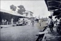 Nkongsamba, terminus du chemin de fer du nord, centre administratif et commercial, (années 1940). – La ville s'est développée avec l'arrivée du chemin de fer, construit entre 1907 et 1912 par les Allemands qui donnèrent alors le nom Nsamba à la localité. La ligne, appelée CFN pour chemin de fer du nord, reliait l'intérieur du pays à la côte, allant de Nkongsamba à Bonabéri, juste à coté de Douala, et passant par Mbanga avec un embranchement sur Kumba. Le chemin de fer, en ouvrant un débouché sur la côte aux productions agricoles de l'Ouest, du Sud-ouest et de la région du Moungo, scelle la prospérité de la ville. De nombreux commerçants européens, allemands, anglais, français et méditerranéens s'y établissent. Les grands comptoirs coloniaux, et tout ce qui compte dans le commerce de l'époque, y installent des succursales ; SCOA, RW King, Tsekenis, CFAO, SHO, Compagnie soudanaise, Olympius, Panafric, les établissements Mercier, John Holt, Paterson Zochonis… La ville est dotée de services officiels, et devient un centre administratif en 1923, succédant dans ce rôle à la localité de Baré. - Le tronçon de chemin de fer reliant Douala à Yaoundé, long de 262 km, fut construit entre 1908 et 1927. Il fut ensuite enrichi d'une bretelle de 30 km reliant Ngoumou à Mbalmayo, construite entre 1927 et 1933. Le tronçon allant vers le nord du pays, entre Yaoundé et Ngaoundéré, (long de 622 km) fut construit bien plus tardivement, entre 1964 et 1974.