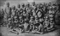 Cameroun français : Petits enfants  païens avec leur collier de coquillages. – Carte postale éditée par la mission des pères du sacré-cœur de St-Quentin. « Si faciles à séduire, du moins dans les régions du centre et dans les villes, les femmes devraient avoir beaucoup d'enfants. Or voici notre étonnement. Le Cameroun ne se peuple pas. En certaines régions même, sa population décroît.  […] Trois décrets de 1930 ont créé des centres d'état civil indigène ; la population ne parait pas s'y opposer ; mais ce n'est qu'un essai local. De temps en temps on fait un recensement, un fonctionnaire français enquête dans chaque village ; mais les uns cache un frère pour le soustraire à l'impôt, les autres ne parlent pas de leurs enfants, qui ne comptent pas à leurs yeux ; les listes ont des lacunes dont on ignore l'ampleur. Si on signale dans tout le territoire sous mandat, en 1931, 2 223 802 habitants, on peut douter non seulement des centaines, mais des centaines de mille. […] Donc M. Cournarie a demandé aux femmes de sa liste combien elles avaient d'enfants vivants et avaient eu d'enfants morts. Les vivants étaient déjà recensés, elles ne pouvaient mentir. Les morts ne risquaient pas de devenir imposables. On vérifiait leur sincérité, de temps en temps, dans le privé, auprès d'une commère jalouse. Toutefois il n'aurait pas été prudent de s'enquérir des fausses-couches ; elles signifient presque toujours adultère : ce sont des choses que l'on avoue pas devant le gouvernement. Par ces interrogatoires on se rend compte de l'étendue de la mortalité, de la mortalité infantile en particulier.   » Source : Wilbois, J., Le Cameroun, Paris, éditions Payot, 1934.