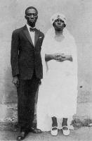 Le mariage d'un évolué. – « Quand il a connu quelques Européens, il [le « camerounien »] s'habille comme eux, et plus européennement qu'eux : il n'y a que des Noirs à Douala pour porter des cols durs et des souliers vernis ». Source : Wilbois, J., Le Cameroun, Paris, éditions Payot, 1934