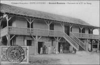 Grand-Bassam, factorerie de la Cie de Kong. – Le commerce de traite, qui prévaut dans le système colonial, repose sur les factoreries. Ces édifices servent à la fois de réserve aux marchandises manufacturées importées pour être échangées contre des matières premières tropicales, de réserves aux dites matières premières avant qu'elles ne soient expédiées vers l'Europe et de lieu de travail et d'habitation pour les commerçants occidentaux. La première factorerie de Côte d'Ivoire aurait été créée en 1863 par le rochelais Arthur Verdier à Assinie, où résidait alors le représentant de la France. C'est ce même Verdier qui devait fonder quelques années plus tard, avec l'aide du résident français Binger, la Compagnie de Kong pour développer la culture et le commerce du café ivoirien. - Ce bâtiment, qui avait été transformé il y a quelques années en galerie d'art, serait actuellement abandonné.