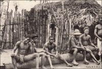Village baoulé de Bakakro, case indigène. - «Les hommes [dans le Baoulé] sont vêtus d'un pagne qui passe entre les jambes et s'attache, devant et derrière à une ceinture, c'est le cache sexe. Par-dessus, un pagne soit tissé dans le pays, soit de fabrication européenne, entoure leur taille, descendant aux genoux. En visite, un autre pagne est jeté sur leurs épaules». Sources : Correspondance d'Albert Nebout (1862-1940), rassemblée et publiée dans Nebout, Albert, Passions Africaines, Genève, Editions Eboris, 1995.
