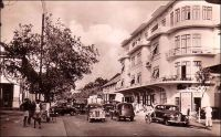 Abidjan, un coin de la rue du commerce. - Le quartier commercial historique d'Abidjan est implanté dans la moitié est du Plateau. Mais l'euphorie économique des deux premières décennies d'indépendance a laissé peu de traces des anciennes maisons de commerce. Aux pieds des tours modernes, qui ont poussé comme des champignons dans les années 1970-1980, subsistent aujourd'hui quelques bureaux, magasins et entrepôts qui sont les rares témoins de l'activité commerciale du début du XXème siècle.