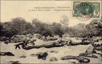 Sur le fleuve Comoé, en pirogue dans les rapides. – « Je dois dire brièvement, ce qu'était alors la colonie [de Côte d'Ivoire]. Cette contrée, qui s'étend entre la République du Libéria et la colonie de la Gold-Coast, est une longueur de plus de 500 kilomètres, n'est devenue colonie qu'en 1893, et son premier gouverneur fut M. Binger. Dans l'intérieur, il n'y avait que deux postes administratifs : Bettié, sur la Comoé et Tissalé sur le Bandama. [...] Je ne restai que peu de jours à Bassam et par la lagune, je gagnai Lahou, où on me fournit trois pirogues pour moi et mon personnel » (1). – Carte postale expédiée de Bingerville le 15 juin 1906, à destination de Fraisans dans le Jura. Source : (1) Correspondance d'Albert Nebout (1862-1940), rassemblée et publiée dans Nebout, Albert, Passions Africaines, Genève, Editions Eboris, 1995.