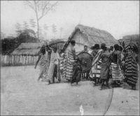 Tam-Tam à Assikasso (cercle de l'Indénié). – « Bondoukou, 1903. Je suis venu à Bondoukou par l'Indénié et Assikasso. Ce dernier poste est devenu célèbre  par le siège de 1898. Ce petit hurluberlu de Le Filliatre y fut assiégé pendant plusieurs semaines et Clozel, qui administrait alors l'Indénié, voulant débloquer Assikasso, fut blessé dans une embuscade. » Source : Correspondance d'Albert Nebout (1862-1940), rassemblée et publiée dans Nebout, Albert, Passions Africaines, Genève, Editions Eboris, 1995.
