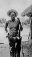 Le chef de la révolte du Ba-Oulé. -  Les Baoulés, venus de l'actuel Ghana, se fixent dans le centre de la Côte d'Ivoire au XVIII ème siècle. Résistant à l'emprise coloniale française qui s'étend depuis la côte vers l'intérieur du pays, les Baoulés sont en insurrection de 1881 à 1902. Le capitaine Marchand en vient à bout, « terrifiant les indigènes pas la rapidité de ses marches, la soudaineté de ses attaques, s'engouffrant en pleine nuit dans les tunnels de la forêt vierge, tombant au nord quand on l'attendait au sud, surprenant les guerriers en plein palabre, les dispersant, les poursuivant, semant partout une terreur superstitieuse. » Le pays lui donne le surnom, ou lui décerne le titre, de Paquébo (l'ouvreur de route) après qu'il ait pris Thiassalé, l'inviolée porte du Ba-Oulé sur laquelle s'étaient brisées toutes les précédentes entreprises pour asseoir la domination de la France sur la région. Un an après, au lendemain même de passage de l'expédition Baratier, le Ba-Oulé s'embrase à nouveau, les postes sont attaqués et massacrés. Les troubles épisodiques perdurent dans la région jusqu'en 1915. Photo colonel Plé. Source : Baratier, Col., A travers l'Afrique, Paris, Arthème Fayard, 1908.