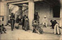 Aboisso, visite du médecin. – Carte postée en 1909. Aboisso est un chef-lieu de subdivision du cercle de Grand-Bassam. En 1948, Aboisso compte une population de 42 Européens, 7 Libano-Syriens et 1794 Africains. On y trouve des services administratifs : une résidence, un poste médical, une école régionale, un poste de police, un tribunal, une poste… Le commerce y est exercé par CFCI, SCOA, CFAO, Africaine Française, CICA, CAID, MM Laurent Albert, Nahas Alfred, Ganamet Albert, Vettiner, Hahmann, Simon, Akil Borro, Elias Hallassou, Berrou Jamil, Khalil, Wahib, Jacob Wilson, Eugène Aiwa, Kétouré Mamadou, Magatte Wade, Ekué Victoir, Bile Archer, Ahuit Benoît, Jean Kadio, Samba Guèye, Robert Assale, Yankey John Benjamin, Kouablain Angui, Anot Fano, Yakoro Diakité, Eloye Fato, Jean Kouame, Moularé André, Aka Tano, Mme Aka Attoua, Ignace Aye. Source : Guid'AOF 1948.