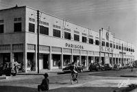 Abidjan, SCOA et PARISCOA – La SCOA (Société commerciale de l'Ouest Africain) lance une chaîne de vente au détail en association avec Prisunic sous le nom de Pariscoa et dont le premier magasin est celui d'Abidjan, ouvert en 1952. En association avec la société Printemps, la SCOA lance le « Printania » à Dakar en 1952.