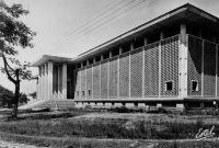Abidjan, Palais de Justice – Il doit s'agir du bâtiment qui a remplacé en 1954 l'ancien Palais de Justice construit en 1911 à Grand-Bassam.