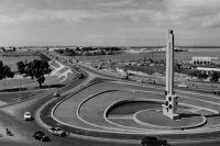 Abidjan, la place Lapalude et le pont Houphouët-boigny – Le pont a été bâti en 1957, la place deviendra Place de l'indépendance.