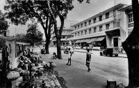 Abidjan, boulevard Antonetti, Hôtel du Parc – Ce boulevard porte le nom de Raphaël Valentin Marius Antonetti (1872 - 1938) qui fut gouverneur de la Côte d'Ivoire entre janvier 1918 et  avril 1924. L'hôtel du Parc est l'ancien hôtel Bardon, agrandit dans les années 1940. Il est le premier hôtel climatisé d'Afrique francophone.
