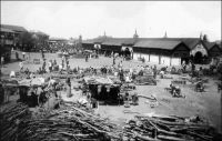 La place du marché à Accra, au début du XXème siècle. - Accra. – La ville d'Accra devient la capitale de la Gold Coast en 1877, peu de temps après que celle-ci soit devenue une colonie de la Couronne britannique en 1874. Les différents quartiers de la ville s'étaient structurés à partir du XVIIème siècle, à proximité des forts européens. Puis progressivement, l'agglomération de ces noyaux initiaux a formé la ville. La ville acquiert des rôles culturels, économiques et politiques locaux, avant d'être investie par le projet colonial d'en faire le pôle économique et politique structurant de la colonie.