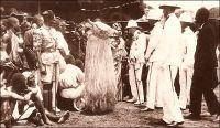 HRH The Prince of Wales and the Ju-Ju Man, Accra. – Il doit s'agir d'Edouard VIII, qui porta ce titre traditionnellement dévolu au fils du souverain entre 1910 et 1936, avant d'accéder au trône britannique, charge dont il devait abdiquer deux ans plus tard pour raisons matrimoniales. Il effectua un voyage sur la côte ouest africaine en 1925. Il se rendit notamment au Sierra Leone et au Nigeria, et visita la Gold Coast en avril, passant par Accra et Kumasi. « Ju-ju man » est le nom couramment employé en Gold Coast pour désigner les féticheurs.