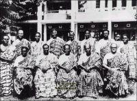 Le premier gouvernement du Ghana indépendant, en 1957. – Seconde colonie britannique d'Afrique à obtenir son indépendance, le 6 mars 1957, après le Soudan en 1956, la Gold Coast adopte le nom de Ghana, en référence à l'Empire du Ghana (VIII ème à XIII ème),  sous la gouverne de Kwame Nkrumah, et opte pour la république en 1960. On voit ici Kwame Nkrumah, le troisième personnage assis en partant de la gauche, alors premier ministre, entouré de son gouvernement. Il était devenu premier ministre dès 1951, alors que le parti qu'il avait fondé venait de remporter les élections législatives, juste après qu'il ait connu la prison pour son activité politique. Panafricaniste de la première heure, il contribue à la création de l'Organisation de l'Unité Africaine, devenue depuis Union Africaine, qu'il souhaitait néanmoins beaucoup plus omnipotente. Dans ce même esprit, il avait formé une union inédite avec la Guinée et le Mali, tout juste indépendants. Et, quand en 1966 il est renversé par un coup d'Etat militaire, qui a lieu tandis qu'il effectuait un long voyage en Chine, le président guinéen Sékou Touré dont il avait été l'un des premiers soutiens, lu propose la coprésidence de son pays ! Le régime de Kwame Nkrumah avait connu au fil du temps une dérive autoritaire indéniable et un échec économique dont le Ghana portera les stigmates jusqu'à l'arrivée au pouvoir de Jerry Rawlings en 1981. Kwame Nkrumah meure en exil en 1972, dans un hôpital  de Bucarest en Roumanie.