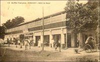 Conakry, Hôtel du Niger. – Cet établissement a été créé, comme le Grand-Hôtel, par un entrepreneur corse dans l'entre deux guerres. Celui-ci, Jean-Baptiste Ferracci, né en 1884 à Sartène, était arrivé en Guinée à l'âge de 19 ans pour y exercer le métier d'agent de commerce, avant de se lancer dans l'hôtellerie. Selon l'écrivain et journaliste Jean Martret, dans un ouvrage paru en 1934, il aurait du exploiter le Grand-Hôtel avec son beau-frère, un certain Millet, avant qu'ils ne se brouillent et que ce dernier ne parte réitérer l'expérience à Douala. Mais l'anecdote, recueillie par des témoignages de comptoir au Cameroun, n'est pas forcément vraie… Ferracci, quant à lui, connait ensuite une belle carrière, accédant en 1938 à la direction de l'Office guinéen des caoutchoucs et des palmistes. Egalement investi dans la vie publique et dans la défense de la condition des indigènes, sa popularité le porte dès 1936 au Conseil supérieur de la France d'Outre-mer. Investi par la SFIO, il est élu en 1947 à la seconde Assemblée nationale constituante, dans le collège des citoyens de Guinée. Puis il est également porté par les urnes, dans le premier collège de Guinée, au Conseil de la République le 13 janvier 1947. Il s'emploie à y améliorer la représentation politique des colonies et des départements d'outre-mer. Toujours en 1947, concrétisant un souhait ancien, il se fait élire maire de Sartène, sa ville natale. Il disparaît à Paris fin 1950, en cours de mandat. En 1951, l'entreprise Ferracci-fils ouvre à Camayenne, en périphérie de Conakry et en bordure de mer, « l'Hôtel et le Restaurant Bar de Camayenne », établissement toujours réputé aujourd'hui. L'hôtel du Niger existe encore de nos jours mais serait vétuste. Sources : Martet, Jean, Les bâtisseurs de royaumes, Paris, Albin Michel, 1934.