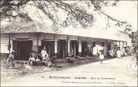 Kankan, Rue du Commerce. La principale ville de Haute-Guinée fut le théâtre d'un événement peu ordinaire au sortir de la Seconde guerre mondiale. La région connaissait alors divers remous politiques et sociaux et, en 1947, les anciens combattants se révoltèrent et prirent ponctuellement le contrôle de Kankan. Ils y proclamèrent une éphémère république africaine. L'ordre fut vite rétabli, mais cette affaire reflète l'état de défiance envers l'autorité de l'administration et des chefferies locales qui régnait à  cette époque. Ces dernières avaient en effet été l'instrument zélé d'un effort de guerre épuisant pour la Guinée. Car l'AOF, rentrée dans le camp des alliés depuis 1942, était coupée de la métropole et exigeait beaucoup de ses colonies. Il leur faillait à la fois subvenir à leurs propres besoins, à ceux des grands centres urbains comme Dakar, et à l'effort de guerre. Les attentes, en taxes sur les populations et en produits – riz, céréales… -, étaient souvent démesurées voire irréalisables, fondées sur des connaissances erronées des ressources disponibles. On rapporte ainsi  l'histoire d'un administrateur de cercle de Guinée, à qui l'on réclamait la fourniture de plusieurs tonnes de miel, qui fut sanctionné pour avoir répondu par télégramme à Dakar : « D'accord pour le miel. Stop. Envoyez les abeilles… ». Sources : Suret-Canale, Jean, La République de Guinée, Paris, Editions Sociales, 1970.