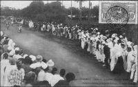Conakry, fête du 14 juillet, course de bicyclettes. - La fête nationale du14 juillet est systématiquement célébrée dans tout l'empire colonial français, y compris dans les territoires sous mandat de la SDN comme au Cameroun. Cérémonies officielles et militaires, rencontres sportives (régates, courses pédestres, équestres et cyclistes, concours de tir…), jeux collectifs et bien sûr bals et flonflons sont de mise. Pour les édiles et notables africains c'est également l'occasion de renouveler leur témoignage d'allégeance aux autorités coloniales, en venant, par exemple, saluer l'administrateur ou le commandant de cercle. Peu impliqués dans le sentiment national en temps de paix, les Africains – ceux résidants dans les villes et les chefs-lieux notamment – sont étroitement associés à ses festivités. Ces commémorations civiles permettent à l'administration coloniale de se démarquer des multiples fêtes religieuses orchestrées par le clergé local, alors que la séparation entre l'église et l'Etat est encore toute fraiche. Après la seconde guerre mondiale, une nouvelle fête, le 1er mai, va détrôner  celles officielles du 14 juillet et du 11 novembre, auprès des populations autochtones. Importée elle aussi, la fête du travail est adoptée et adaptée localement, parfois sur un mode revendicatif tandis que les aspirations indépendantistes se font jour.