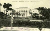 Conakry, le Palais du Gouverneur. – «  Le 23 avril  [1890], j'embarquai sur le paquebot « Taygète » de la Compagnie Fraissinet. Mes amis m'accompagnèrent à bord et plusieurs pleurèrent en me disant adieu. Conakry, chef-lieu de la nouvelle colonie formée avec les « Rivières du Sud », fut notre première escale ; le navire mouilla assez loin de la ville (une douzaine de maisons). Ce n'est déjà plus le Sénégal, la végétation est luxuriante et la température plus humide. A travers les arbres, on aperçoit une maison en construction, c'est le nouvel hôtel du Gouvernement ». Source : Correspondance d'Albert Nebout (1862-1940), rassemblée et publiée dans Nebout, Albert, Passions Africaines, Genève, Editions Eboris, 1995.