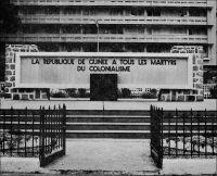Conakry, monument et place des Martyrs, années 1960. – Le 2 octobre 1958, la Guinée accède à l'indépendance, au terme d'un bras de fer politique qui opposa plusieurs années durant, Sékou Touré, bientôt rejoint par la majorité de Guinéens, à l'administration coloniale. En refusant par référendum à 94,4%, le 28 septembre 1958, d'entrer dans la Communauté française, un nouveau cadre supposé donner plus d'autonomie aux colonies, la Guinée rompt de facto avec Paris. Elle devient symbole d'espoir pour les nombreux Africains qui aspirent à s'affranchir de la tutelle coloniale. Mais rapidement, le pouvoir guinéen réduit tout espace de contestation, optant pour le parti unique dès 1959, dissolvant en 1961 le syndicat enseignant, son allié naturel, et embastillant les membres de son bureau. Entre difficultés économiques et complots politiques réels ou supposés, l'expérience guinéenne sombre dans la tragédie d'une dictature implacable. Nombre de Guinéens choisissent l'exil pour échapper à l'arbitraire d'une répression aveugle. Autour du référendum, on peut lire le discours du Général De Gaule à Conakry le 25 août 1958 sur [http://www.intelligentsia-gn.net/DiscoursduGeneraldeGaulle.pdf] et écouter le bulletin d'information de l'ORTF  au lendemain du scrutin sur [http://www.ina.fr/archivespourtous/index.php?vue=notice&from=fulltext&full=Cologne-R%E9publique+f%E9d%E9rale+d'Allemagne&num_notice=4&total_notices=5]