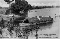 Les bords du Milo à Kankan. – La ville de Kankan en Haute-Guinée est située sur la rive gauche du Milo, le principal affluent de la rive droite du fleuve Niger. Le Milo, qui est navigable à partir de Kankan, permit des siècles durant la diffusion des produits de cette région vers le bassin du Moyen-Niger. La ligne  de chemin de fer Conakry-Niger, achevée en 1913, qui passait par Kouroussa (le point amont extrême de navigation sur le fleuve Niger) et avait Kankan pour terminus, valorisa encore ces axes fluviaux qui permettaient le désenclavement du Soudan occidental en général, et de Bamako en particulier. Cependant la ligne de chemin de fer reliant le fleuve Niger au fleuve Sénégal (entre Kayes et Bamako-Koulikoro) à partir de 1904, puis reliant directement Bamako au port de Dakar à compter de 1924, disqualifia la desserte du Soudan passant par la Haute-Guinée. - Cette image fait partie du travail du célèbre photographe et éditeur dakarois Edmond Fortier (1862-1928) à qui l'on doit une somme importante de clichés sur toute l'Afrique de l'Ouest. M. Fortier tenait boutique non loin du marché Kermel, à l'angle de la rue Dagorne et du boulevard Pinet-Laprade. Cette photo doit dater de 1905. Edmond Fortier avait effectué un voyage en Guinée en 1902 ou 1903, mais il semble qu'il soit allé à Kankan par le fleuve, comme cela se faisait avant l'arrivée du chemin de fer, depuis Bamako, à l'occasion d'un périple au Soudan français en 1905.