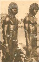 Gaoua, gaillards lobis. – « Les hommes sont simplement habillés d'une ficelle qui leur entoure les hanches ; en équilibre sur l'épaule droite, le casse-tête dont le manche pend contre la poitrine, et sous le bras le carquois de peau. […] Les rapports entre l'indigène et l'Administration perdu ce caractère d'aménité, en grande partie par la faute des Lobi eux-mêmes qui répugnent à payer l'impôt, à fournir des porteurs et des vivres. […] Les militaires continuent à occuper une partie du pays ; on les accuse d'entretenir une « légende lobi » pour justifier leurs services et décrocher des croix. […] La race Lobi, quoique brutale, cruelle, et peu hospitalière, n'en reste pas moins une des plus sympathique de toute l'A.O.F….». Sources photo et citation : Soubrier, J., Savanes et forêts, éditions J. Susse, Paris, 1944.