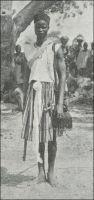 Un jeune Mossi habillé à la mode de la Gold Coast. Photo Agence économique de l'AOF. – La force de travail des Mossi suscite la convoitise des différentes entreprises coloniales dès le début du XXème siècle. Grâce à leur forte cohésion sociale et politique, les royaumes Mossi ont en effet résisté, depuis leur formation au milieu du XIème siècle jusqu'au XVIIème siècle, à la plupart des incursions et notamment à la conquête islamique. Ce faisant, la région n'a pas eu à souffrir de la traite d'esclaves qui dépeuplait l'Afrique à cette époque.  Elle est devenue le seul réservoir de main d'œuvre conséquent de toute l'Afrique de l'Ouest, avec une population de l'ordre de 3 millions d'habitants dans un continent essentiellement sous peuplé. A coup d'impôt de capitation, de travail forcé et d'enrôlement dans les troupes de tirailleurs sénégalais, la France exploite intensivement cette précieuse ressource. Le développement de la colonie de Haute-Volta engagé par son premier gouverneur Edouard Hesling, mobilise massivement les populations, de gré mais surtout de force. Les recours aux travailleurs voltaïques pour des usages extérieurs à la colonie elle-même se multiplient : dans les années 1920-1930, près de 25 000 Mossi vont aller construire le chemin de fer entre Thiès et le fleuve Niger –Sénégal et Soudan- et 43 000 celui de Côte d'Ivoire.  Des dizaines de milliers d'entre eux travaillent déjà dans les forêts et les plantations naissantes du voisin ivoirien. Mais la France doit lutter pour conserver cette main d'œuvre au service de son empire. Les conditions de travail, de rémunération et d'imposition sont en effet bien plus favorables dans la colonie britannique voisine de la Gold Coast.  Les trois quarts de l'émigration Mossi prend ainsi cette direction soit  55 000 à 60 000 travailleurs en1932.