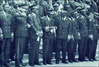 Groupe d'administrateurs voltaïques assistant à l'une des premières fêtes de l'indépendance,  au tout début des années 1960 à Ouagadougou. – Le Burkina Faso célèbre officiellement le cinquantenaire de son indépendance le 11 décembre 2010 à Bobo-Dioulasso. Pourtant la date du 11 décembre 1960 ne correspond à aucun événement particulier en Haute-Volta (nom que porta le pays jusqu'à 1983). L'indépendance a été proclamée le 5 août 1960, par le président Maurice Yaméogo. Et s'il s'est bien passé quelque chose un 11 décembre dans l'histoire de l'actuel Burkina Faso, ce n'était pas en 1960 mais en 1958, voilà 52 ans : ce jour-là, la colonie devint une république aux pouvoirs limités, au sein de la Communauté française. Mais alors pourquoi donc déplacer ainsi la fête de l'indépendance et commémorer cette année le cinquantenaire d'un jour où il ne s'est rien passé de particulier dans le pays fraîchement indépendant ? Pour plusieurs raisons : D'une part la date du 5 août ne convenait plus. Elle est trop proche de celle du 4 août, anniversaire de la prise du pouvoir par le populaire capitaine Thomas Sankara en 1983, lequel sera liquidé quatre ans plus tard par des hommes à la solde de l'actuel président Compaoré. Il convient donc d'oublier toutes traces calendaires de cet embarrassant passé. D'autre part, la date du 11 décembre tombe très bien : elle permet de disperser opportunément les Burkinabè avant le 13 décembre, à la faveur d'une semaine fériée qui vide les écoles, les administrations, les universités. Cette démobilisation vise à éviter que la population n'envahisse les rues ce jour-là, pour crier sa colère pour l'assassinat en 1998 du journaliste Norbert Zongo. L'homme de presse, qui dénonçait les crimes commis dans l'entourage du pouvoir, avait été exécuté avec ses compagnons de voyage, par des membres de la garde présidentielle. Les faits, établis par des enquêtes indépendantes, n'ont donné lieu à aucune sanction. Voilà comment deux assassinats politiques bouleversen