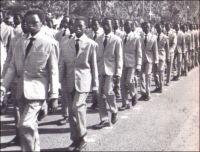 Ouagadougou, défilé, fête de l'indépendance, au début des années 1960 (photo publiée courant 1963). – Depuis quelques années, le Burkina Faso ne fête plus son indépendance ! La date du 5 août 1960, jour où le pays - alors Haute-Volta - s'affranchissait de la tutelle coloniale et accédait à la souveraineté internationale, a été effacée des agendas officiels. Désormais, c'est le 11 décembre (jour où la colonie devint en 1958 une république aux pouvoirs limités, au sein de la Communauté française) qui est promu fête nationale. Mais officiellement, c'est bien l'indépendance que l'on commémore ce jour-là, et selon la presse burkinabè, les moyens engagés par l'Etat pour le 49ème anniversaire (du 11 décembre 1960 donc, jour où il ne s'est rien passé de particulier dans le pays fraîchement indépendant) sont considérables. Mais pourquoi échafauder un tel tour de passe-passe dans le calendrier historique ? Pour plusieurs raisons : D'une part la date du 5 août ne convenait plus. Elle est trop proche de celle du 4 août, anniversaire de la prise du pouvoir par le populaire capitaine Thomas Sankara en 1983, lequel sera liquidé quatre ans plus tard par des hommes à la solde de l'actuel président Compaoré. Il convient donc d'oublier toutes traces calendaires de cet embarrassant passé. D'autre part, la date du 11 décembre tombe très bien : elle permet de disperser opportunément les Burkinabè avant le 13 décembre, à la faveur d'une semaine fériée qui vide les écoles, les administrations, les universités. Cette démobilisation vise à éviter que la population n'envahisse les rues ce jour-là, pour crier sa colère pour l'assassinat en 1998 du journaliste Norbert Zongo. L'homme de presse, qui dénonçait les crimes commis dans l'entourage du pouvoir, avait été exécuté avec ses compagnons de voyage, par des membres de la garde présidentielle. Les faits, établis par des enquêtes indépendantes, n'ont donné lieu à aucune sanction. Voilà comment deux assassinats politiques bouleversent aujourd'hu