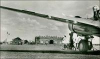 Aérodrome de Bobo-Dioulasso. – Le terrain d'aviation de la deuxième ville de Haute-Volta (redevenue une colonie à part entière en 1947), se développe au lendemain de la seconde guerre mondiale.  La compagnie aérienne Air France déploie en effet, en deux ans seulement après la fin des hostilités, des lignes intérieures à l'Afrique couvrant plus de 30 000 km. Ainsi Bobo-Dioulasso devient l'escale d'une des trois lignes au long cours assurées hebdomadairement, celle qui joint Dakar à Brazzaville via Bamako, Bobo-Dioulasso, Ouagadougou, Gao, Niamey, Zinder, Kano, Fort-Lamy, Fort-Archambault, Bangui, Coquilhatville (devenue Mbandaka en RDC de nos jours).  L'aérodrome de Bobo-Dioulasso est également escale d'une des deux lignes circulaires bi-hebdomadaires de la compagnie nationale, celle qui part de Dakar et dessert Kayes, Bamako, Bobo-Dioulasso, Abidjan, Robertsfield (aéroport de Monrovia au Libéria), Freetown, Conakry et retour. Air France emploie sur ces lignes des DC-3 – comme celui que l'on aperçoit sur la photo -, réservant les prestigieux Laté 631 – des hydravions à six moteurs ! - à la ligne France-Antilles dont Dakar est devenue la principale escale de transit. A cette époque, le terrain d'aviation de Bobo-Dioulasso, situé à 2 km de la ville, dispose d'une piste asphaltée de  1500 X 50 m., d'une bande de terre battue de 1150 X 50 m., d'une radio, d'une gonio et d'un avitaillement en essence. Ouagadougou, la capitale de la colonie n'a alors qu'une piste d'atterrissage de 900 X 50 m. en latérite cylindrée. De nos jours, l'aéroport international de Bobo-Dioulasso (DFOO pour l'OACI), possède la piste la plus longue (3300 m.) de toute l'Afrique de l'Ouest, après celle de Dakar. Sources : Guid'AOF, Dakar, Agence Havas AOF, 1948.