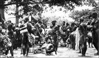 Marché à Gaoua, en pays lobi, dans les années 1930. – « Gaoua, comme tous les centres, a beacoup perdu de son caractère. Une population très mélangée, comprenant surtout des Dioulas, se partage les faubourgs. Cependant, les jours de marché, on peut y voir réunies toutes les tribus du Lobi, venues vendre leurs marchandises : beignets à la farine de haricots frits dans la graisse de karité, boules de soumbara, bière de mil et poissons fumés, tordus en cercle, la queue passée dans l'ouie.  […] Tous les marchés de l'Afrique noire se ressemblent. Mêmes éventaires : viandes saignantes environnées de mouches, piments rouges, noix de kola mauves, oranges vertes, « mains » de bananes, insectes séchés, poissons fumés, boules noirâtres de savon indigène, beignets à l'huile de palme, couleur de sauce tomate, couscous, manioc, et d'autres denrées plus ou moins appétissantes ». Source : J. Soubrier, Savanes et forêts, éditions J. Susse, Paris, 1944.