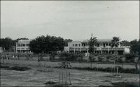 Ouagadougou, le collège Saint Jean Baptiste de la Salle (fin des années 1950). – Cet établissement est le fruit de la nouvelle communauté des Frères des Ecoles Chrétiennes de Ouagadougou, fondée en 1953 par deux frères issus de la communauté de Tousiana dans l'ouest du pays. Les frères Yves Paul et Emile, bientôt rejoints par le frère Louis Kremer, assurent la relève des sœurs blanches dans le fonctionnement de l'école primaire de la Salle, laquelle sera cédée à l'enseignement public en 1969. Parallèlement ils organisent l'enseignement au collège, dont la classe de sixième ouvre dès 1953, suivie entre 1954 et 1956 par les classes de cinquième, quatrième et troisième. Initialement installé dans de simples locaux en banco, le collège va progressivement intégrer les actuels bâtiments, à partir de 1957 et au gré de l'achèvement des travaux.