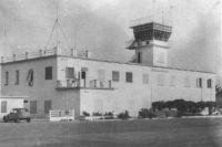 Ouagadougou, la tour de contrôle de l'aéroport – Photo publié en 1963 – Le terrain d'aviation de Ouagadougou s'inscrit, en 1948, dans un quadrilatère de 1000 m X 1000 m à 1,5 km au sud-est de la ville. Il possède alors une piste de 900 m X 50 m en latérite cylindrée. A cette époque, le terrain de Bobo Dioulasso dispose d'une piste de 1500 m X 50 m asphaltée et d'une bande de 1150 m X 50 m en terre battue.