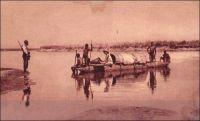 Une pirogue sur le Logone, entre Moundou et Laï. - Le Logone est, avec le Komodougou Yobé et le Chari qu'il rejoint au niveau de la capitale tchadienne, l'un des principaux cours d'eau alimentant le Lac Tchad. Il prend sa source dans les reliefs de l'Adamaoua et permet quelques mois par an la circulation fluviale. A l'époque où il n'existait pas d'autres moyens de communication, il était emprunté par les pirogues et les baleinières emportant les voyageurs vers le Nord-Cameroun. André Gide le remonta ainsi en 1925 lors d'un long périple pour rallier Douala et l'océan depuis Fort-Lamy. Il devait quitter le cours de cette rivière vers Pouss, donc en aval des localités de Moundou et Laï, pour gagner Maroua puis N'Gaoundéré à pied, à cheval et en tipoye. Ce voyage lui inspira l'un de ces plus célèbres récits africains :   « Lente remontée du Logone ; assez exactement de la largeur de la Seine, me semble-t-il. Les eaux sont basses et les indigènes préfèrent à la rame la propulsion des perches sur lesquelles ils pèsent, quatre à l'avant, quatre à l'arrière, se penchant puis se relevant en cadence : ceci nous prive de leurs chants, réservés au rythme plus régulier des pagaies, mais cette avancée presque silencieuse effarouche moins le gibier et nous permet d'approcher de plus près les oiseaux qui peuplent les rives. ». Sources : Gide, A., Le retour du Tchad, Paris, éditions Gallimard, 1928. A signaler, cet ouvrage (son édition de 1948) est diffusé librement en ligne par le groupe « ebooks libres et gratuits » : www.ebooksgratuits.com