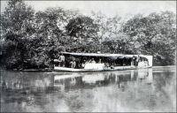 Le « Léon-Blot ». – Le Léon-Blot, qui porte le nom du secrétaire de Savorgnan de Brazza, est le vapeur qu'utilisa l'explorateur Emile Gentil tandis qu'il cherchait à ouvrir une voie facilement praticable entre le Congo et le Tchad, à la fin du XIXème siècle. Parti de Brazzaville le 27 juillet 1895, il remonte le Congo et passe successivement sur l'Oubangui, sur son affluent le Kemo, puis sur le Chari, avant de joindre le Lac Tchad. Ce trajet, passant de bassin fluvial en bassin fluvial et aboutissant sur un lac endoréique, est rendu possible parce que le Léon-Blot est démontable et transportable à dos d'hommes pour franchir les obstacles terrestres. Le Léon-Blot devait rester en service jusqu'à la Seconde Guerre mondiale, toutefois, il semble qu'il appartenait, en 1926, à la Compagnie Ouahm et Nana. Récemment, en 2003, sa proue a été récupérée et ramenée par avion militaire en France, pour être exposée au musée des troupes de Marine à Fréjus. - « Le Blot part le 25 octobre [1904] à 2h. 30, accolé de deux baleinières remplies de bois de chauffe, car les rives [du Logone] étant généralement déboisées, d'aucune pensaient que le vapeur ne pourrait pas remonter jusqu'à Laï. Aussi quand le Blot arrive près des villages produit-il un effet de stupeur et d'admiration. Le premier, avec Gentil, il a fait flotter nos couleurs sur le Tchad. Ce petit vapeur, d'un mètre de tirant d'eau, a une quinzaine de mètres de long, trois de large, mais la machine occupe presque toute la place. Il n'y a que quelques pieds carrés libres à l'avant et à l'arrière. Encore une partie de cet espace est-il pris par la douzaine de gosses et de femmes, dont les maris, tirailleurs que j'emmène à Laï, sont juchés sur les tas de bois dans les baleinières. Un vrai village flottant. Mais le petit vapeur amarre facilement… » (1). « Le Léon-Blot arriva à Fort-Archambault le 6 septembre [1927 ?]. C'est un petit vapeur à hélice, de 18 mètres de long, et jaugeant 14 tonnes, que M. Gentil, commissaire du Gouver