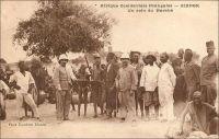 Zinder, un coin du marché. – Le général Gouraud, figure de la conquête coloniale, décrit ainsi Zinder et son marché en avril 1902 – il était alors commandant -, tandis qu'il y rentre pour la première fois : « Zinder est le grand centre de transit de cette partie de l'Afrique centrale. […] Au Nord, à 1500 mètres [de Zinder], se trouve la ville Targuie de Zengou. […] On y rencontre des Tripolitains, quelques Touareg. Elle compte 4 à 5000 habitants. […] Le marché de Zengou est animé. On y trouve en particulier de beaux cuirs, les bottes en filali de toute l'Afrique centrale et que nous portons nous-mêmes, des brides brodées ; les bijoux ne valent pas les délicats filigranes des bijoux soudanais et sénégalais ; il y a de jolies calebasses ouvragées de toutes dimensions, la calebasse pouvant servir d'écuelle aussi bien que de malle aux femmes du pays, qui y empilent leurs étoffes et leurs ustensiles et la portent sur la tête. On y voit des musiciens, des danseuses, aux cadences lentes et balancées, un homme-orchestre. Il y a encore sur le marché de Zengou du sel de Bilma, comme à Tombouctou du sel de Taodénit ». Source : Gouraud, Général, Zinder, Tchad - Souvenirs d'un Africain, Paris, Plon, 1944.