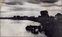 Le « Léon-Blot » et le poste de Miltou, sur le Chari. – Le Léon-Blot, qui porte le nom du secrétaire de Savorgnan de Brazza, est le vapeur qu'utilisa l'explorateur Emile Gentil tandis qu'il cherchait à ouvrir une voie facilement praticable entre  le Congo et le Tchad, à la fin du 19ème siècle. Parti de Brazzaville le 27 juillet 1895, il remonte le Congo et passe successivement sur l'Oubangui, sur son affluent le Kemo, puis sur le Chari, avant de joindre le Lac Tchad. Ce trajet, passant de bassin fluvial en bassin fluvial et aboutissant sur un lac endoréique, est rendu possible parce que le Léon-Blot est démontable et transportable à dos d'hommes pour franchir les obstacles terrestres. Le Léon-Blot devait rester en service jusqu'à la Seconde Guerre mondiale. Récemment, en 2003, sa proue a été récupérée et ramenée par avion militaire en France pour être exposée au musée des troupes de Marine à Fréjus. - « Le Blot part le 25 octobre [1904] à 2h. 30, accolé de deux baleinières remplies de bois de chauffe, car les rives [du Logone] étant généralement déboisées, d'aucune pensaient que le vapeur ne pourrait pas remonter jusqu'à Laï. Aussi quand le Blot arrive près des villages produit-il un effet de stupeur et d'admiration. Le premier, avec Gentil, il a fait flotter nos couleurs sur le Tchad. Ce petit vapeur, d'un mètre de tirant d'eau, a une quinzaine de mètres de long, trois de large, mais la machine occupe presque toute la place. Il n'y a que quelques pieds carrés libres à l'avant et à l'arrière. Encore une partie de cet espace est-il pris par la douzaine de gosses et de femmes, dont les maris, tirailleurs que j'emmène à Laï, sont juchés sur les tas de bois dans les baleinières. Un vrai village flottant. Mais le petit vapeur amarre facilement… » (1). « Le Léon-Blot arriva à Fort-Archambault le 6 septembre [1927 ?]. C'est un petit vapeur à hélice, de 18 mètres de long, et jaugeant 14 tonnes, que M. Gentil, commissaire du Gouvernement, parti de Brazzaville le 28 octobre 1