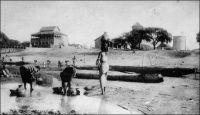 Fort-Lamy, les châteaux d'eau et la résidence du gouverneur. - « Fort-Lamy se développe. A la suite de deux incendies (31 décembre 1905 et 4 janvier 1906) j'ai tenu des palabres, offert des secours en argent, et décidé ainsi pas mal de gens à remplacer leurs cases de paille par des constructions en terre : ces tatas s'élèvent à vue d'œil et vont modifier l'aspect de campement d'une partie de la ville. En même temps de nouveaux groupes de huttes s'établissaient autour : faubourgs. On est en train de refaire le plan de recensement qui donnera, je l'espère, des résultats intéressants. La cause première de cette prospérité relative, c'est l'argent, ce sont les soldes que j'ai pu payer jusqu'ici avec une certaine régularité. Les démarches au ministère, les rapports n'ont pas été perdus. » Source : Gouraud, Général, Zinder, Tchad - Souvenirs d'un Africain, Paris, Plon, 1944.
