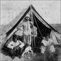 Le commandant Gouraud au Zinder. – « Sous la tente, enfin ! Au bivouac de Choggar, 26 février 1908. Chère Maman bien aimée, Me voici enfin dans la vie que j'aime, pour laquelle seule je me suis depuis de longues années éloigné de vous. J'ai vu bien des bivouacs pareils, mais c'est la première fois depuis mon départ de Sain-Louis que je dresse ma tente - depuis un jour, près de Boutso, en remontant le Chari » (Extrait d'une lettre du Commandant Gouraud à sa mère). - Henry Gouraud (1875-1946), un saint-cyrien qui finit général, fit la majeure partie de sa carrière dans les colonies, et passa notamment vingt ans en Afrique (au Soudan français, au Tchad, en Mauritanie, au Maroc). En 1898, alors capitaine, il connut la gloire militaire en parvenant à capturer Samory Touré, un chef mandingue qui résistait vigoureusement à la conquête coloniale française depuis plus dix ans. Il a également contribué à fonder la ville Niamey, en 1901. Gouraud entretint une correspondance régulière avec sa mère, laquelle l'avait soutenu dans sa volonté de faire une carrière coloniale, quand son père s'y opposait.
