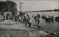 Niamey, scène de vie au bord du Fleuve. – Le Général Gouraud raconte ainsi le fondation de la ville, au sens militaire et administratif du terme, en septembre 1901 : « La situation du poste de Sorbo, non loin des berges du fleuve, ne présentait aucun avantage : l'artère commerciale dont on nous avait parlé n'existait pas. A peu de distance, Niamey, petit village à proximité d'un gros marché, de site salubre me parait favorable, d'autant mieux que là se trouve la tête de notre ligne d'étapes fluviales (Niamey est aujourd'hui le chef-lieu de la colonie). Ce sera la résidence du commandant de cercle, de son adjoint, du chef des services administratifs, qui aura sous sa surveillance immédiate le magasin de réserve de ravitaillement qu'y déposera la flottille du Bas-Niger. […] Le commandant de cercle aura sous son autorité les populations situées entre le Niger et le Dallol Bosso ». Source : Gouraud, Gal, Zinder Tchad, Paris, Plon, 1944.