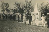 Cérémonie officielle au camp de tirailleurs de Thiaroye en 1927.- Ce camp, situé à côté de Dakar, est le théatre d'une funeste tragédie le 1er décembre 1944. Des dizaines de tirailleurs sénégalais sont abattus par d'autres soldats français, sur ordre de la hiérarchie militaire. Soixante dix ans après, l'évènement est loin d'être apaisé. Il suscite toujours de vifs échanges entre historiens, avec interpellation de l'exécutif, de la presse et de l'opinion. S'opposent d'un côté les tenants d'une légitimité de l'action répressive des autorités militaires de Dakar - agissant selon les formes pour mater une mutinerie - et de l'autre ceux d'une opération orchestrée pour couvrir des erreurs, voire des malversations, administratives. Les victimes font partie d'un contingent de combattants africains, emprisonnés par les Allemands dans des camps de travail sur le sol français et libérés par l'avancée des Alliés. Ils devaient transiter par Dakar, en route pour regagner leurs foyers respectifs dans toute l'Afrique occidentale française. Mais l'intégralité de leur solde ne leur a pas été payée, des revenus correspondant à leur traitement pendant les mois et les années de captivité. Craignant d'être spoliés une fois dispersés dans leurs villages d'origines, les tirailleurs rapatriés entendent percevoir l'intégralité de leur dû avant d'embarquer à Morlaix. Une partie d'entre eux refuse d'ailleurs de monter à bord du navire les ramenant d'Europe, d'autres de réembarquer après une escale à Casablanca. Au départ de métropole, les autorités promettent de les démobiliser et de régulariser leur situation dès l'arrivée Dakar. Mais une fois au Sénégal, ils sont cantonnés à Thiaroye et rien ne s'arrange. On veut même les faire partir en train vers Bamako où, promet-on à nouveau, tout sera réglé. Excédés, les tirailleurs interpellent leurs chefs, retiennent un moment le commandant par intérim de la place et obtiennent de engagements. Mais quelles que heures plus tard, les autorités font donn
