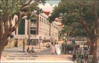 Dakar, Palais de Justice. – Construit en 1906 sur la place de l'Indépendance (appelée à cette époque Place Protet), l'édifice conserve ses fonctions judiciaires jusqu'en 1959. Il devient alors le siège de l'assemblée nationale, puis, plus tard, le ministère des Affaires étrangères et des Sénégalais de l'extérieur. Les audiences sont transférées dans un nouveau palais de justice, d'architecture moderne, construit sur l'emplacement de l'hippodrome, entre la Pointe Bernard, le Cap Manuel et l'institut Pasteur. Ce nouveau tribunal, dont le béton est rongé par les embruns, est évacué en 1998. Depuis, il a été remplacé par un édifice bâti sur le site de l'ancienne prison de Dakar.