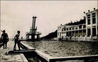 Dakar, la piscine du Lido - A la fois piscine olympique (remplie à l'eau de mer), club de sport, restaurant, bar et dancing, le Lido est un haut lieu de la vie française à Dakar avant l'indépendance. Il le reste même après, jusqu'au tout début des années 1980, époque où il est détruit et cède la place à un hôtel (le Savana). Du Lido, l'établissement hôtelier ne conserve que le tracé de l'immense piscine. Le bassin actuel a même été partiellement comblé car l'original était très profond pour permettre les sauts depuis son imposant plongeoir. Il existait d'autres Lido sur le continent, et notamment un à Bamako.
