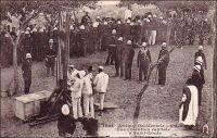 Une exécution capitale à Saint-Louis. – Il semblerait qu'il s'agisse du supplice de Birame Kandé, le 25 février 1899. Ce criminel de droit commun avait été condamné à la peine de mort par la Cour d'assise du Sénégal. Le journal de l'AOF, daté du 2 mars 1899, relate les faits en ces termes : « Condamné à mort il comptait que sa peine serait commuée comme l'avait été, depuis de longues années, les peines capitales prononcées par la Cour d'assises du Sénégal et, en dernier lieu celle des assassins de Jeandet et de Rabnel. Mais l'indulgence même a des limites, et la clémence présidentielle ne devait pas s'étendre sur Biram-Kandé. Samedi, dès 6 heure 30 du matin, les bois de justice étaient dressés sur la place de la Geôle entourée par une compagnie d'infanterie de marine et par un peloton de spahis. A 6 heures 45, Messieurs Kersaint-Gilly, Procureur de la République de Saint-Louis, Villeroy, Juge d'instruction, Minvielle, Greffier du Tribunal Civil, Moreau, Commissaire principal de police, pénétraient avec le régisseur de la prison dans la cellule du condamné qu'ils trouvaient éveillé, Monsieur le Procureur de la République lui apprenait le rejet de son pourvoi en cassation et de son recours en grâce et lui annonçait que l'heure de l'expiation avait sonnée pour lui. Biram-Kandé recevait cette nouvelle avec calme, et après un court entretien avec le Révérent Père Guérin, aumônier de la prison, il était remis aux exécuteurs qui procédaient rapidement à la dernière toilette. A 6 heures 55 il franchissait le seuil de la prison, ayant à ses côtés le Révérent Père Guérin et, entouré d'agents de police, il marchait d'un pas ferme vers la guillotine distante de quarante mètres à peine. Quelques minutes plus tard, tout était terminé, Biram-Kandé avait payé sa dette à la société ! Une foule qu'on peut évaluer à un millier de personnes assistait à l'exécution qui a produit sur la population une impression profonde. Il est permis d'espérer que ce grand exemple ne sera pas inutile e
