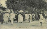 Dakar, allées Canard. - Henri Philibert Canard (1824-1894) était colonel de cavalerie. Il fut commandant de Gorée, puis gouverneur du Sénégal entre 1881 et 1883. – « On ne peut toucher à Gorée sans saluer en passant l'héroïque figure du commandant Canard, qui gouverne ce petit établissement. Depuis près de trente ans, le brave officier n'a pas quitté le Sénégal ; c'est l'incarnation, sur cette terre, de l'originalité et de la bravoure française. On ferait un volume avec ce qu'on nous a raconté de lui à Dakar. Le Sénégal a encore besoin pendant longtemps d'un homme d'action. Pourquoi ne l'enverrait-on pas à Saint-Louis ? c'est l'homme qui connaît le mieux le Sénégal, et on ne saurait trouver un plus digne successeur de Faidherbe » (1). « Dakar, juillet 1883. […] Ces jours derniers, le Colonel Canard, Gouverneur du Sénégal, vint inspecter Dakar et il honora la batterie d'une visite. Cette batterie est un fort situé à la pointe de Dakar. […] Donc, le colonel Canard s'en vint à la batterie, mais en vieux malin, au lieu de venir par l'entrée, comme tout le monde, il grimpa par le talus, de pente assez raide ; il était suivi par un capitaine d'artillerie, par notre capitaine, par son officier d'ordonnance et par ton serviteur. Ce qui suit est assez rabelaisien. Mais je n'y puis rien ; le colonel aperçut nombreuses, ce que les troupiers appellent des sentinelles (la batterie n'a pas de w.C.) et en fit la remarque au capitaine assez brutalement. Ce dernier très embêté insinua que les Noirs devaient être coupables, mais le colonel répondit : « Les Noirs ne se servent pas de papier », puis satisfait d'avoir démontré sa perspicacité, il acheva de grimper et l'incident n'eut pas de suites… » (2). La rue Canard, aussi appelée allées Canard, fut initialement baptisée, par le gouverneur Pinet-Laprade, rue d'Arlabosse, du nom d'un missionnaire, préfet apostolique du Sénégal de 1845 à 1848. Elle devint rue Canard en 1888, avant de changer à nouveau de nom en 1979, pour s'appeler auj